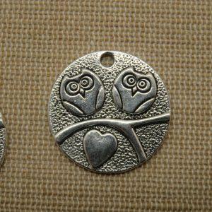 Pendentifs couple hiboux sur branche et cœur 25mm argenté – lot de 2