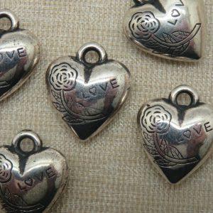 Pendentifs cœur gravé fleur love argenté 18mm acrylique – lot de 5