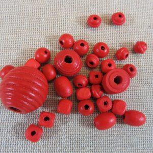 Perles en bois rouge différentes formes – lot de 30