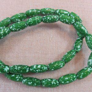 Perles ovale en bois verte tacheté 15x7mm – lot de 10