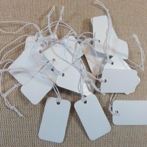 étiquettes prix blanche avec ficelle 25x15mm – lot de 25