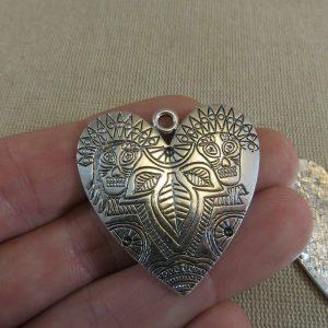 Grand pendentif cœur gravé feuilles crane incas 38mm argenté