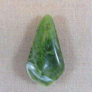 Grand pendentif effet pierre jade en résine vert 63mm