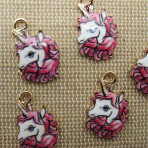 Breloques Licorne rose métal émaillé 17mm – lot de 5