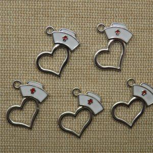 Breloques cœur chapeau infirmière argenté métal émaillé 20mm – lot de 5
