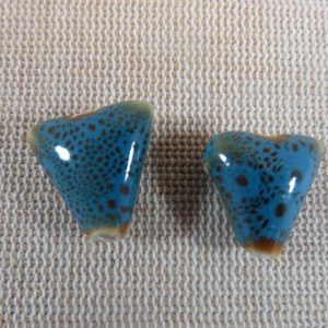 Perles triangle bleu céramique 17mm bohème – lot de 2