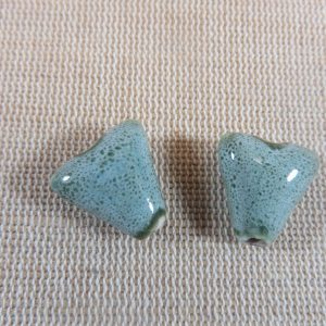 Perles triangle gris vert céramique 17mm bohème – lot de 2