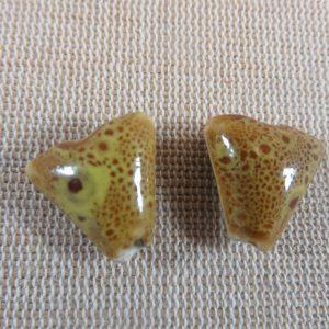 Perles triangle jaune céramique 17mm bohème – lot de 2