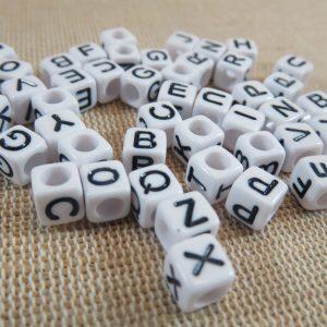 Perles lettres carré alphabet acrylique 6mm – lot de 100