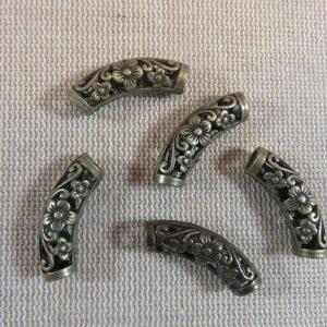 Perles tube courbé fleur bronze ajouré 25x8mm – lot de 4