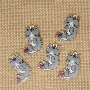 Breloques chat gris cœur rouge métal émaillé 21mm – lot de 5