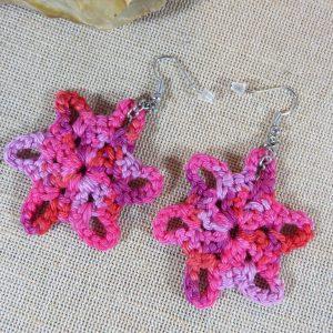 Boucles d'oreille étoile rose crocheté coton – bijoux textile femme