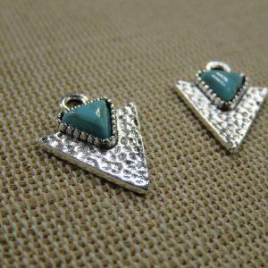 Breloques triangle martelé pointe argenté cabochon turquoise – lot de 2