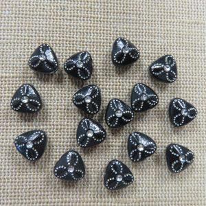 Perles triangle noir acrylique fleuri argenté 9mm – lot de 15