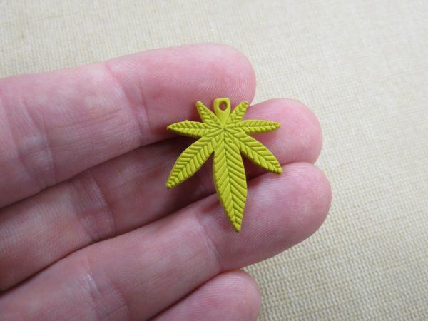 Pendentifs feuille jaune breloque cannabis métal 25mm - lot de 5