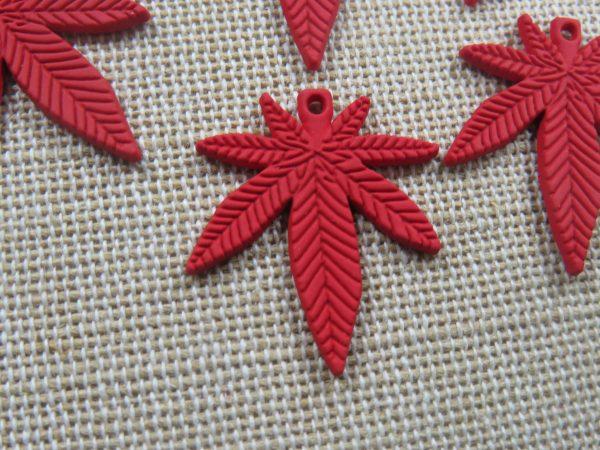 Pendentifs feuille rouge breloque cannabis métal 25mm - lot de 5