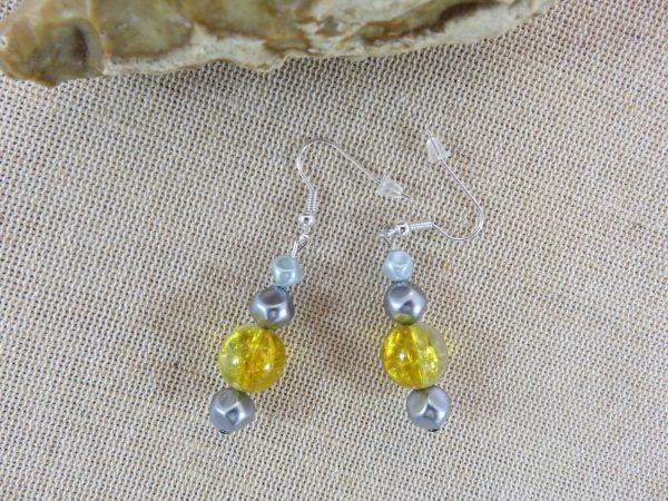 Boucles d'oreille perlé jaune et grise, bijoux femme